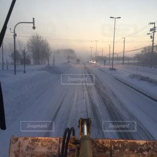雪に覆われた道路の側をオフにぶら下がってトラフィック ライト - No.1183615