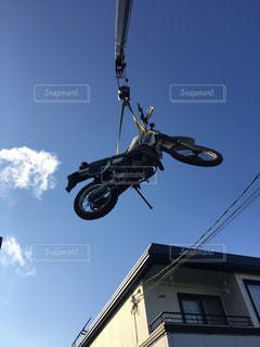 バイクに乗りながら空気を通って飛んで男 - No.1183620