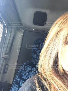 近くに車の中の女性のアップ - No.1237956