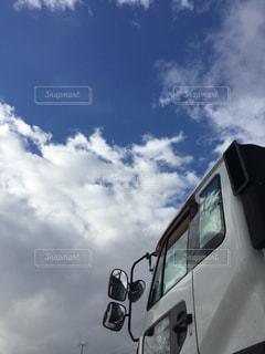 曇り空の前に停まっているバスの写真・画像素材[1238584]