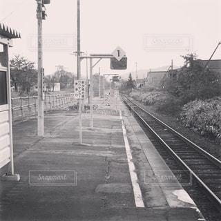 田舎の駅のホームの写真・画像素材[1184553]