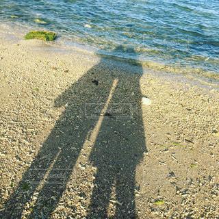 砂浜に映る2人の影 - No.1184521