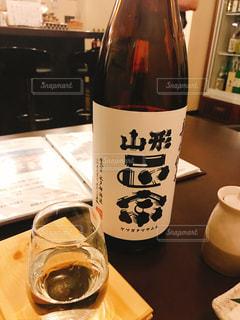 ボトルとテーブルの上の日本酒グラスの写真・画像素材[1183784]
