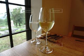 テーブルの上にあるグラスワインの写真・画像素材[1241293]