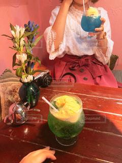 クリームソーダを飲む女の子の写真・画像素材[1429734]