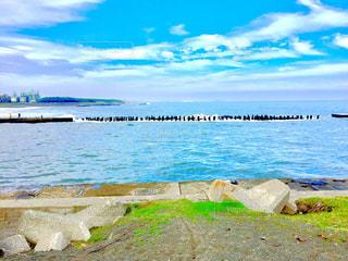 海面と波と杭の写真・画像素材[1275392]