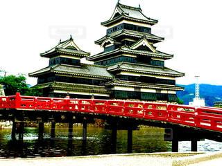 松本城天守と朱色の橋の写真・画像素材[1380263]