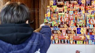 店の前に立っている人の写真・画像素材[2737875]