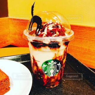 テーブルの上のコーヒー カップの写真・画像素材[894109]