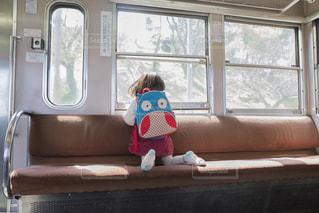 電車に乗る子供の写真・画像素材[1443911]