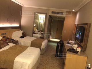 ベッドとホテルの部屋で机付きのベッドルームの写真・画像素材[1185328]