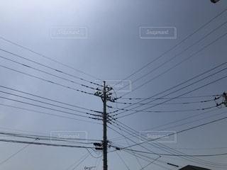 近くに街灯柱のアップの写真・画像素材[1185405]
