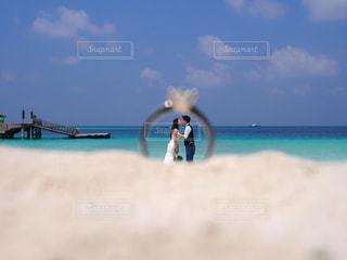 指輪越しのキスの写真・画像素材[1185730]