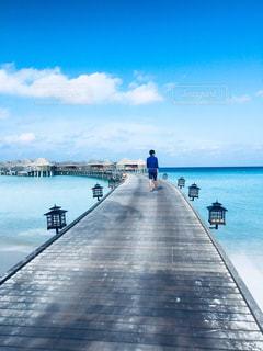 桟橋を歩く男性の写真・画像素材[1185812]