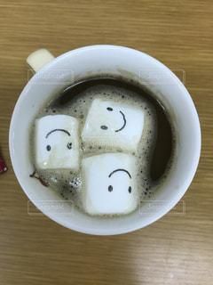 テーブルの上のコーヒー カップの写真・画像素材[1185586]