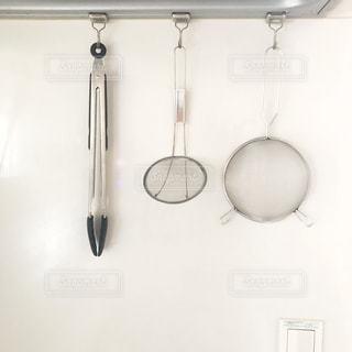 吊り下げ収納をしたキッチンツールの写真・画像素材[2123663]