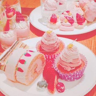 テーブルにバースデー ケーキのプレートの写真・画像素材[1192035]
