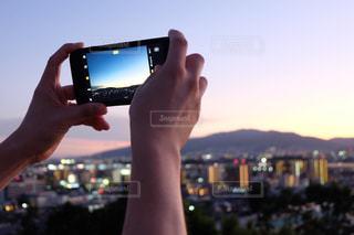 写真撮影している手の写真・画像素材[1319413]
