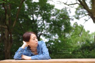 ベンチに座っている人 - No.1209462