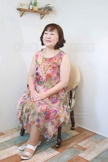 部屋に座っている、少し太っている中年女子の写真・画像素材[1187698]