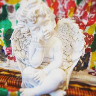 近くのテーブルに飾られたエンジェル置物の写真・画像素材[1189771]