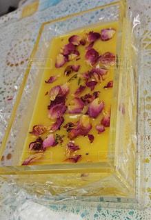 手作り石鹸の入ったプラスチック容器の写真・画像素材[1189786]