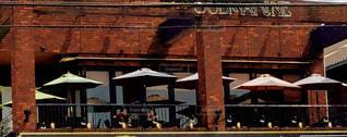 建物の前に人々 のグループの写真・画像素材[1386551]
