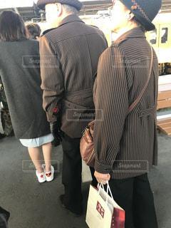 荷物の袋の周りに立っている人々 のグループ - No.1188374