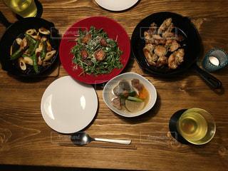 木製テーブルの上に座って食品のプレートの写真・画像素材[1188853]