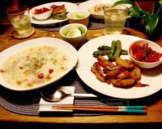 テーブルな皿の上に食べ物のプレートをトッピングの写真・画像素材[1198606]