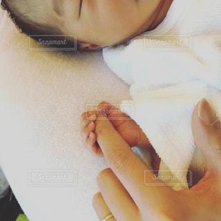 産まれたての赤ちゃんの手。親の指を握る。 - No.1188525