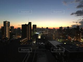 夕暮れ時の都市の景色の写真・画像素材[1198094]