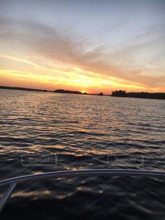 水の体に沈む夕日の写真・画像素材[1190024]