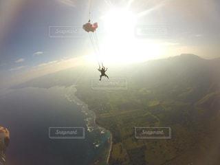 山の上、空気を通って飛んで人 - No.1013106