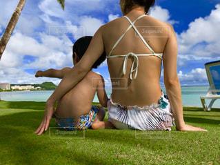 ビーチに座る親子の写真・画像素材[1204226]