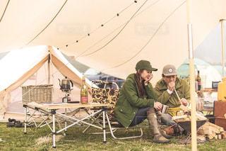 テントの中で座っている人の写真・画像素材[1191204]