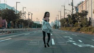 通りを歩いている人 - No.1191205