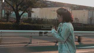 女性が通りを歩いています。の写真・画像素材[1191207]