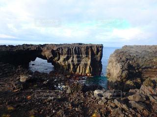 水の体の真ん中に岩の島の写真・画像素材[1230754]