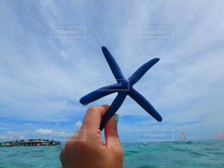 水の体の上に空気を通って飛んで人の写真・画像素材[1230890]