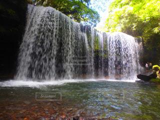 いくつかの水の上の大きな滝の写真・画像素材[1247939]