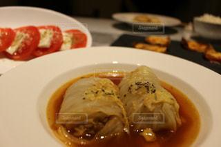 テーブルの上に食べ物のプレートの写真・画像素材[1192056]