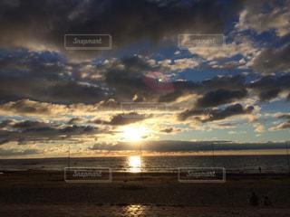 ビーチに沈む夕日の写真・画像素材[1192749]
