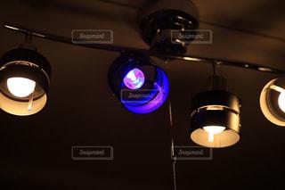 暗闇の中で点灯ランプの写真・画像素材[1208784]