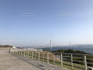 近くのフェンスの横にある桟橋 - No.1195056