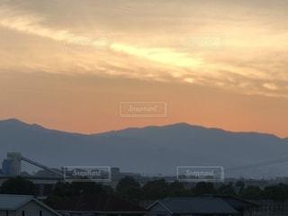 背景の山と水の大きな体の写真・画像素材[1249317]