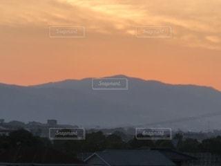 背景の山と水の大きな体の写真・画像素材[1249318]