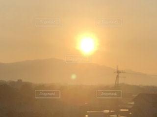 山に登る朝日の写真・画像素材[1249321]