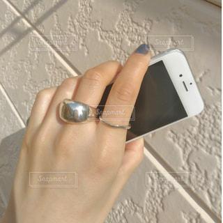 携帯電話を持つ手の写真・画像素材[1193269]
