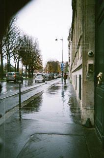 パリの雨の中の狭い道の写真・画像素材[1193548]